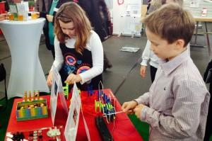 Kinder spielen mit Lerntherapie Spielzeug