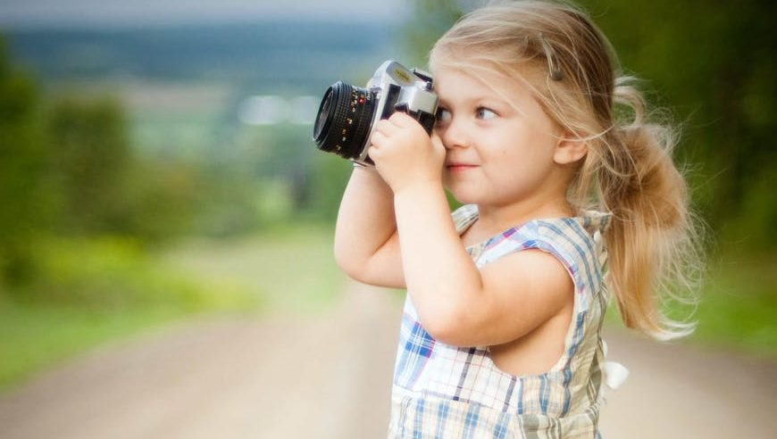 Kostenlose Bilder finden girl with blonde hair and wearing blue and white plaid dress and capturing picture during daytime