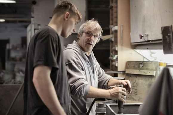 workers handling detail by pneumatic tool in workshop Am Ende Sek 1 beginnt für viele Schüler eine Ausbildung.