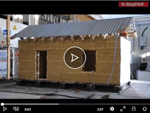 test résistance séismes construction pisé