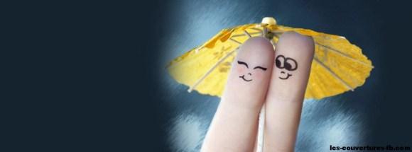 couple de doigts sous ombrelle- photo de couverture journal facebook