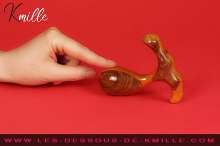 Kmille teste la boule de Geisha en bois Désir Papillon, de Idée du Désir.
