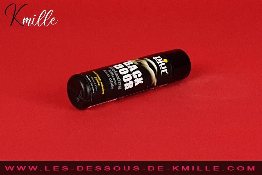 Kmille teste le lubrifiant anal relaxant Back Door, de la marque Pjur.