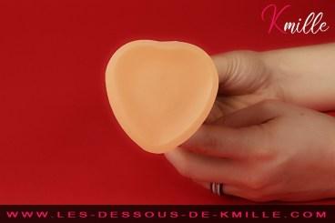 Kmille teste un gode semi-réaliste à ventouse, de la marque Strap-on-me.