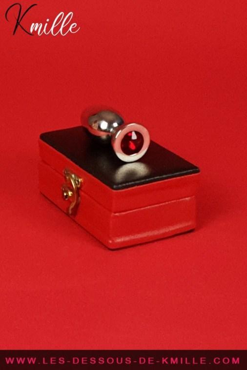 Kmille teste le bijou anal en acier avec cristal rouge, medium.