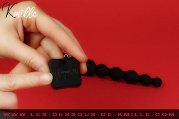Kmille teste le chapelet anal vibrant télécommandé Ronie, de Amoressa.