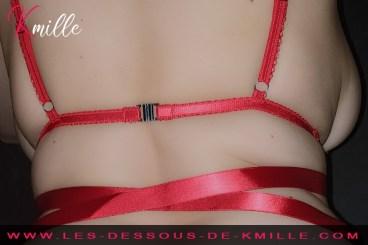 Présentation d'un ensemble mêlant lanières et rubans, de la marque Obsessive.