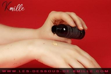 Kmille teste l'huile de massage comestible végétalienne, de Earthly Body.