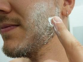 Application d'une crème de rasage hydratante