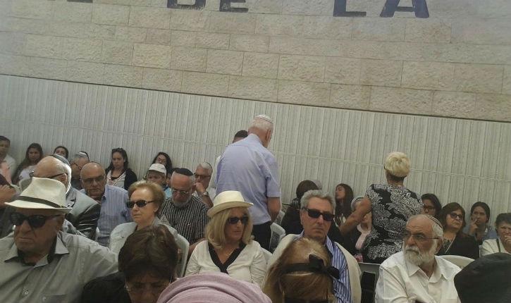 3 personnes tournant le dos à l'Ambassadeur pendant son discours