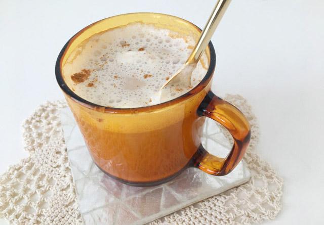 クスミティー,カシミールチャイをスプーンで混ぜている様子,KUSMI TEA,KASHMIR TCHAÏ,