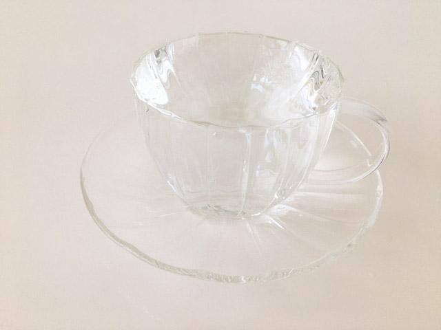 透明のティーカップにお湯が注がれている,KUSMI TEA,KASHMIR TCHAÏ,