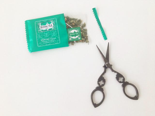クスミティー,エクスピュア オリジナルのティーバッグの個包装をはさみで開けている様子,KUSMI TEA,Expure Original,