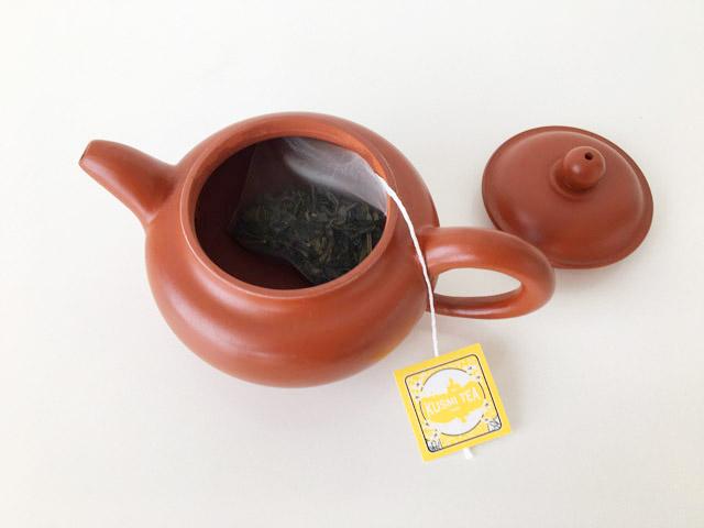 中国茶器にクスミティーのジャスミン茶のティーバッグを入れた様子,