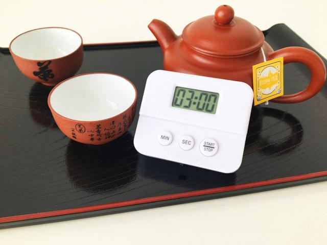 3分設定したキッチンんタイマーと中国茶器のセット,