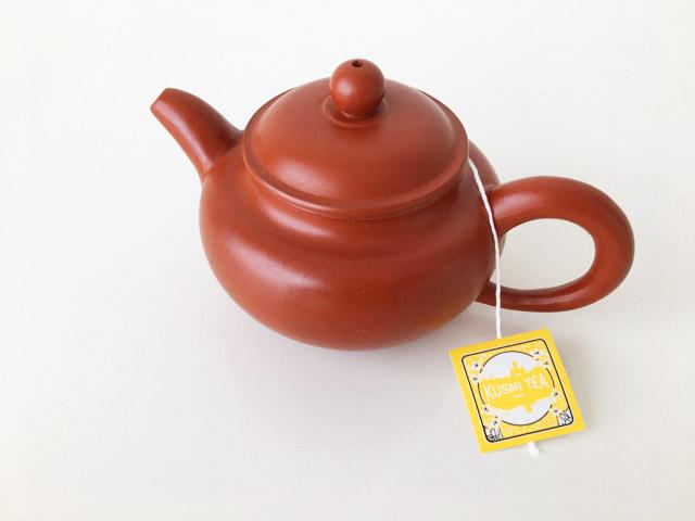 中国茶器の急須でクスミティーのティーバッグを淹れている様子,