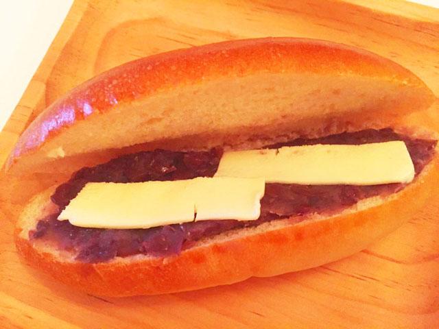 あずきの上に平べったくスライスしているバターが2枚のっている,COBATO PAN
