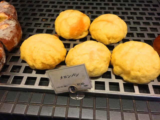メロンパンが5つ並べられている,ブーランジュリーアンドカフェグウ,