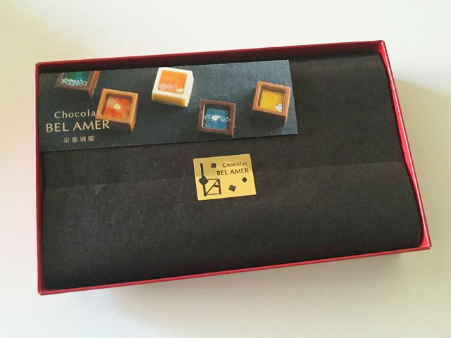 ショコラベルアメール京都別邸,瑞穂のしずく,チョコレートの箱に小さなパンフレットが入っている