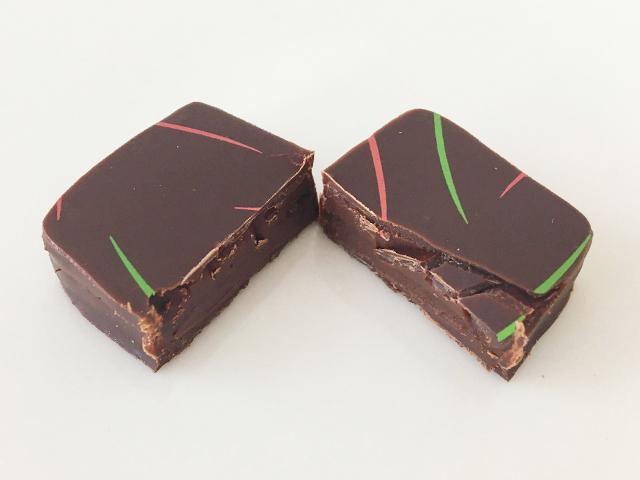 半分にカットしたセントーのチョコレート,フラゴラ,セレクションBOX,4個入,セントー セレクション 4,バレンタイン, Centho,chocolate,Fragola,Valentine,Bonbon de chocolat,
