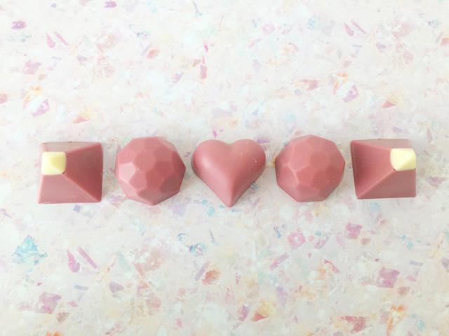 ピーターバイヤー,5粒のルビーチョコレートが一列に並べられている,ルビーコレクション,5粒入,税込2300円,本体価格2130円,デンマークのチョコレート, ボンボンショコラ,バレンタイン,チョコレート, PETER BEIER,RUBY COLLECTION,Valentine,chocolate,Bonbon de Chocolat,danish Chocolate,