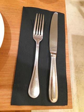 ラファリグール,La farigoule,フォークとナイフと黒いナプキンが置かれている,フランスフェア2019,