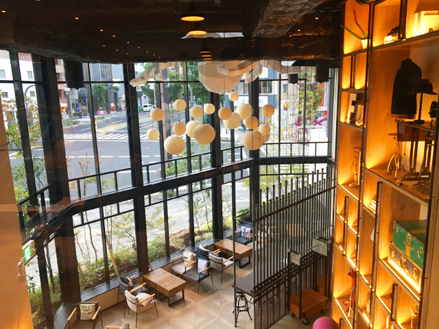 モクシー大阪新梅田,フィットネスセンター,2Fのジムの窓から見える1Fロビーの様子,Moxy Osaka Shin Umeda,