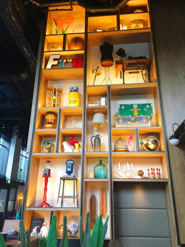 モクシー大阪新梅田,レストラン,ロビーラウンジ,,書斎,壁一面にオブジェが飾られているシェルフがあるライブラリー,バー モクシー,Bar Moxy,Moxy Osaka Shin Umeda,