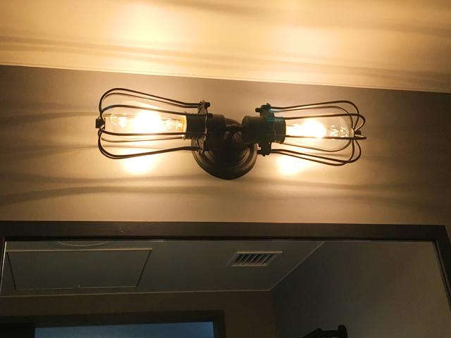モクシー大阪新梅田,洗面所の上の電球がソケットを2つつけたデザイン,客室,ゲストルーム,バスルーム,Moxy Osaka Shin Umeda,