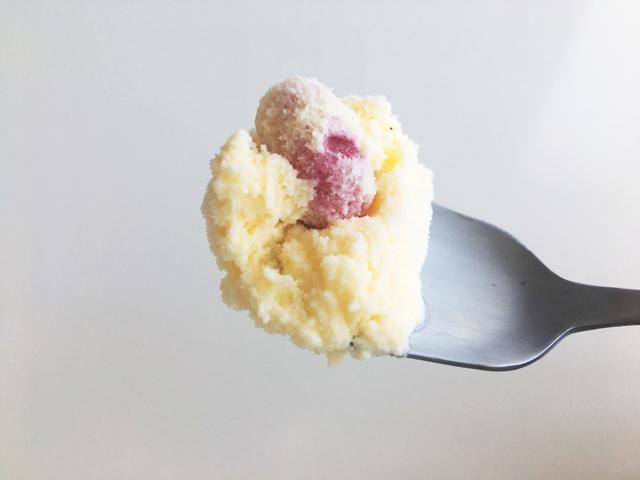 MALGA GELATO,能登塩ピスタチオとオレンジバニラのマスカルポーネ,スプーンにすくったアイス,