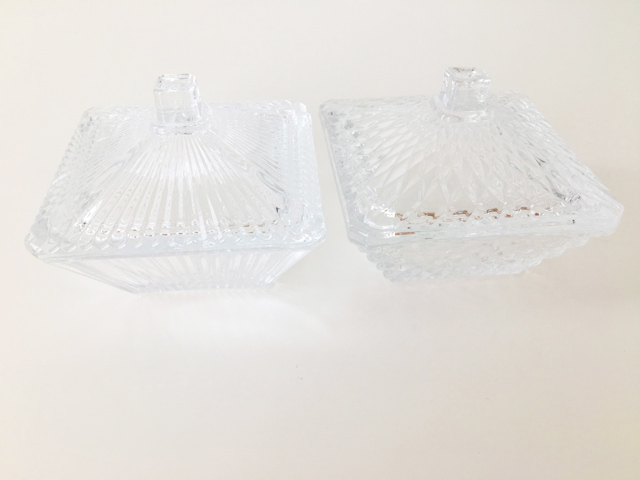 ナチュラルキッチン,フタつき透明ガラスが2個並べられている,