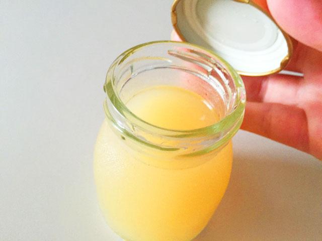 ヴィザヴィ恋するコラーゲンゼリーの蜂蜜レモンのフタを開けているところ