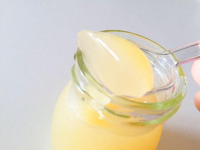 ヴィザヴィ恋するコラーゲンゼリーの蜂蜜レモンをスプーンですくっているところ