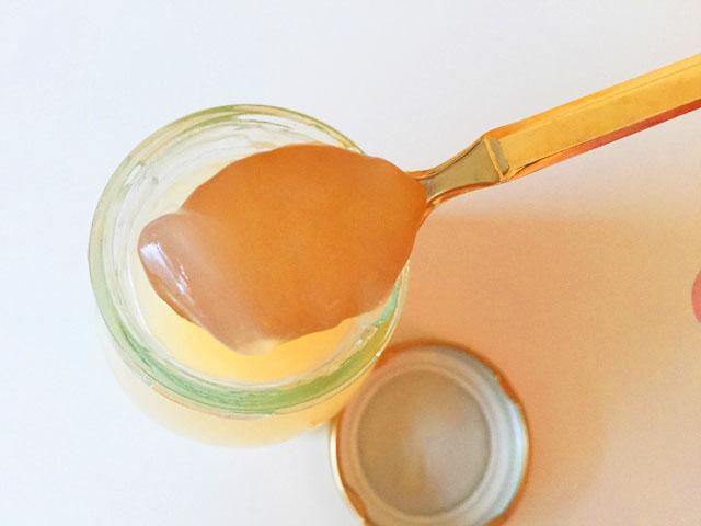ヴィザヴィ恋するコラーゲンゼリーの生姜と蜂蜜味をスプーンですくったところ