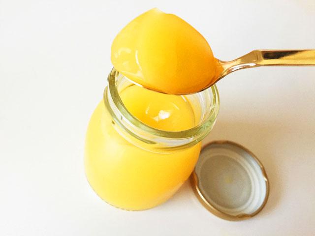 ヴィザヴィ恋するコラーゲンゼリーの金柑味をスプーンですくったところ