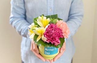 ブルーム&ストライプス,生花のアレンジメント,スタイリッシュアレンジメント(S)を両手で持った様子,BLOOM & STRIPES,母の日,2020,