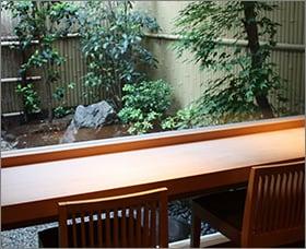 岩元の店内の中庭が見える席,京都祇園料亭,いわもと,