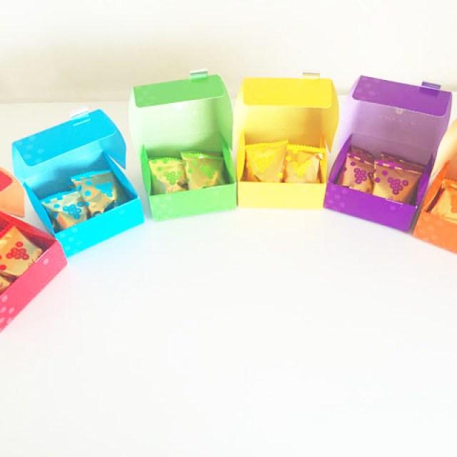 6種類のコロロの箱のフタを開けて並べている