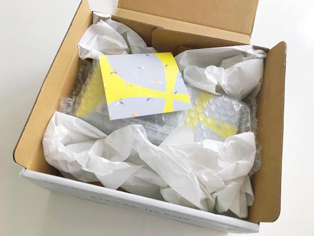 ピエールエルメパリ,マカロン,箱の中に6個詰合わせが入っている様子,