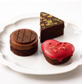 銀のぶどう,トリプル ショコラ,ショコラ ロンドと、ショコラ ハートとショコラ ワルツィンがお皿にのっている,