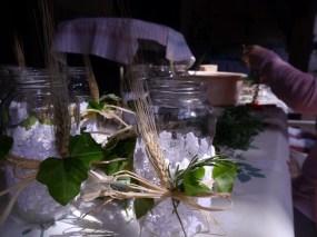 les vases avec la tissu de robe de marié