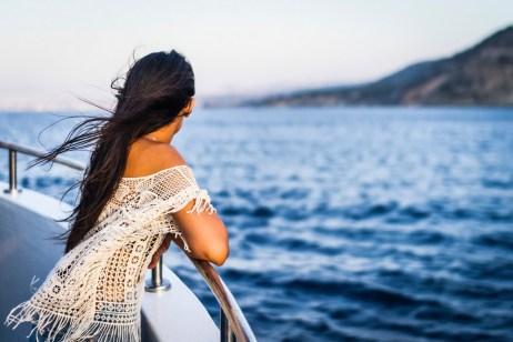 femme sur un bateau de croisière