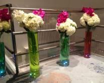 La déco : vases avec eau colorée et LED dans le fond du vase
