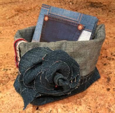 Panier rangement en jeans réalisé à partir d'un vieux jeans