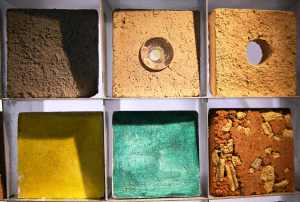 Détail mur éclairant briques adobes - Les adobes