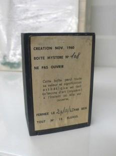 Boîte mystère, Fluxus — fond des Archives de la critique d'Art, cliché Grégory Delauré, mai 2015.