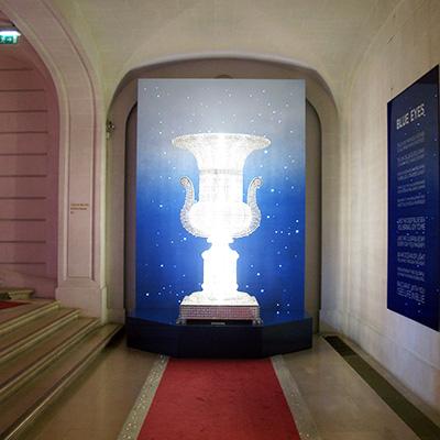 Socle avec fond de ciel étoilé pour le decor du showroom Baccarat Paris