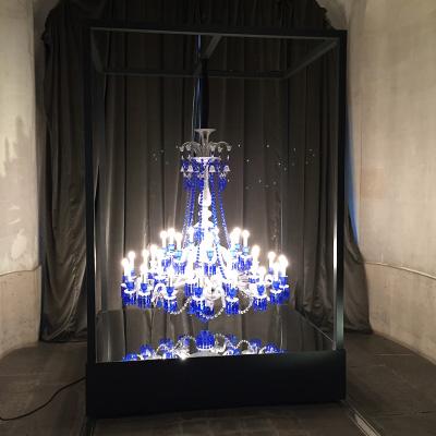 Structure pour lustre avec socle réfléchissant pour le decor du showroom Baccarat Paris