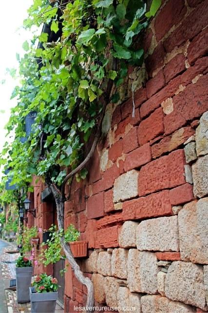 Collonges la Rouge - Vue d'un mur de pierre en grès rouge 1