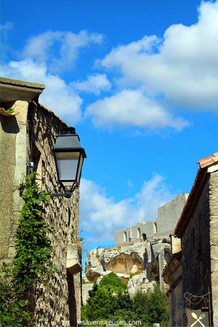 Les Baux de Provence - Ruelle avec vue sur le château